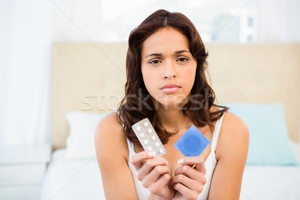 женщину глядя контрацепция домой медицина кровать Сток-фото © wavebreak_media