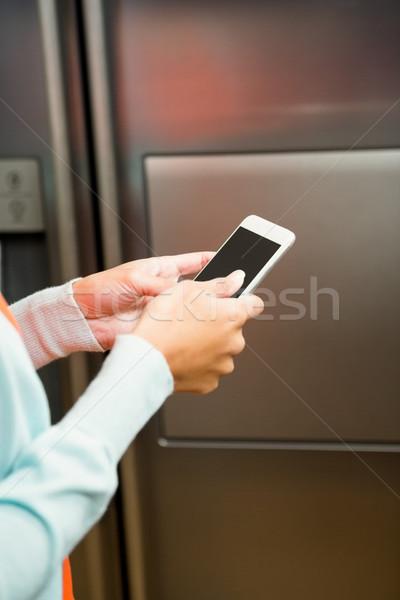 женщину смартфон холодильнике кухне рук Сток-фото © wavebreak_media