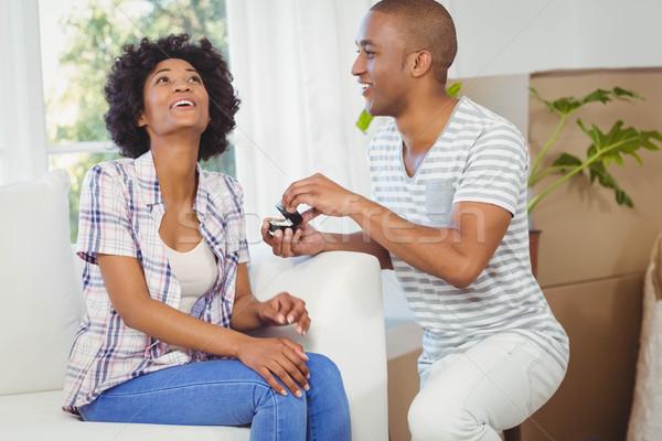 ハンサムな男 提供すること 婚約指輪 ガールフレンド リビングルーム 女性 ストックフォト © wavebreak_media