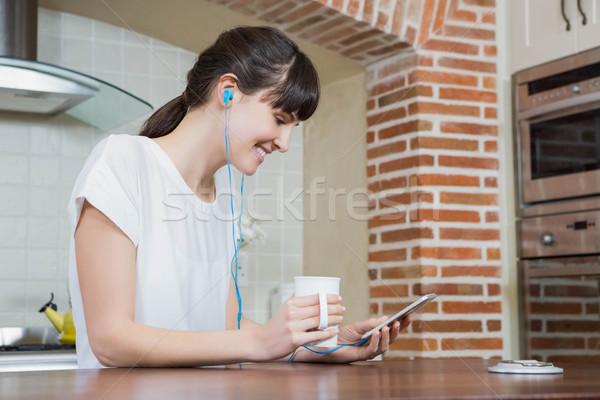 若い女性 音楽を聴く スマートフォン コーヒー キッチン 音楽 ストックフォト © wavebreak_media