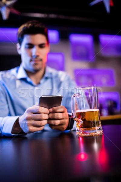 Adam cep telefonu bar karşı Internet restoran Stok fotoğraf © wavebreak_media