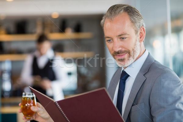 Zakenman glas bier naar menu Stockfoto © wavebreak_media