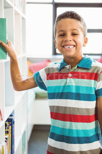 Chłopca książki półka na książki biblioteki portret Zdjęcia stock © wavebreak_media