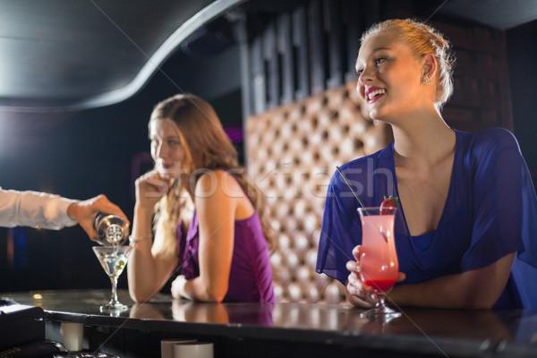 De ober cocktail vrouw glas bar Stockfoto © wavebreak_media