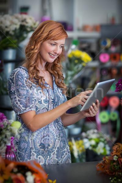 Gülen kadın çiçekçi dijital tablet Stok fotoğraf © wavebreak_media