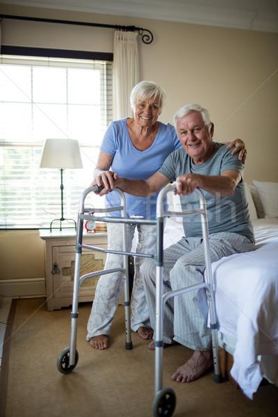 Senior vrouw helpen man lopen home Stockfoto © wavebreak_media