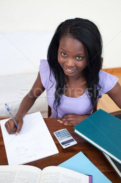 Uśmiechnięty teen girl praca domowa domu kobieta dziewczyna Zdjęcia stock © wavebreak_media