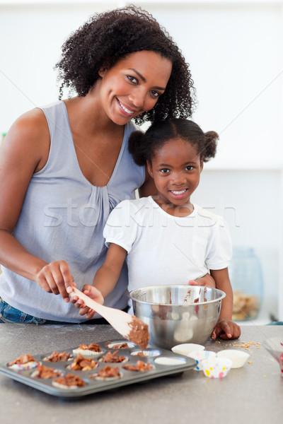 Stockfoto: Aandachtig · moeder · helpen · meisje · koken · biscuits
