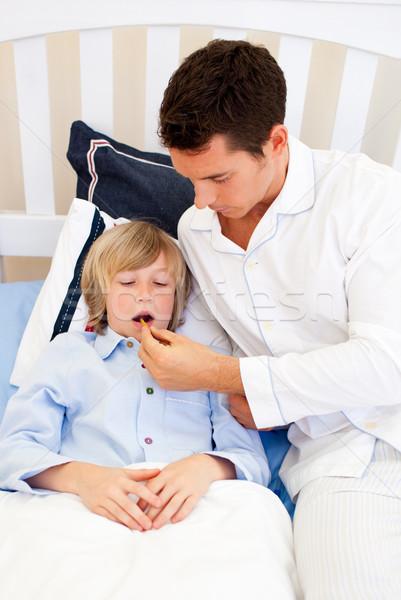 Attentif père température chambre famille homme Photo stock © wavebreak_media