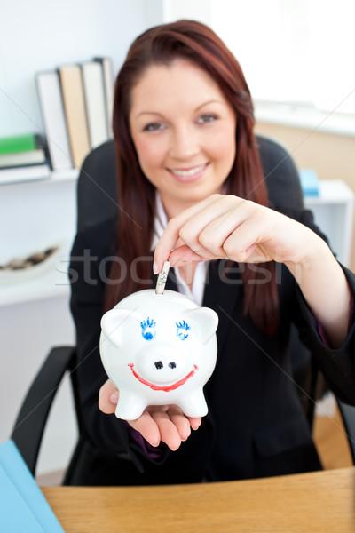 Jonge zakenvrouw geld spaarpot kantoor gelukkig Stockfoto © wavebreak_media
