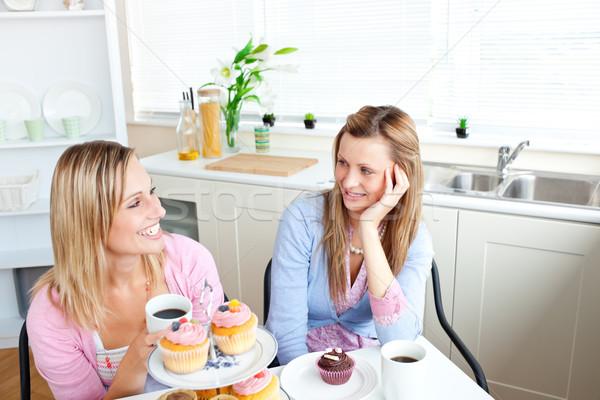 Kettő elragadtatott női barátok eszik sütemények Stock fotó © wavebreak_media