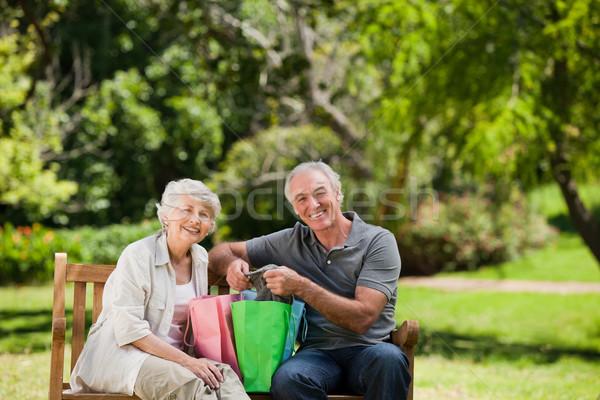 Emeryturę para miłości zakupy worek Zdjęcia stock © wavebreak_media