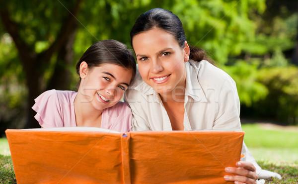 Anya lánygyermek néz album fotó fa Stock fotó © wavebreak_media