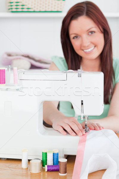 Encantador mujer la máquina de coser salón trabajo fondo Foto stock © wavebreak_media