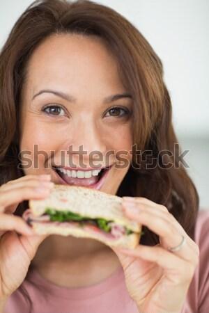 Przepiękny kobieta jedzenie kanapkę obiad kuchnia Zdjęcia stock © wavebreak_media