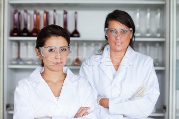 Ernstig vrouwelijke wetenschappers poseren laboratorium vrouw Stockfoto © wavebreak_media