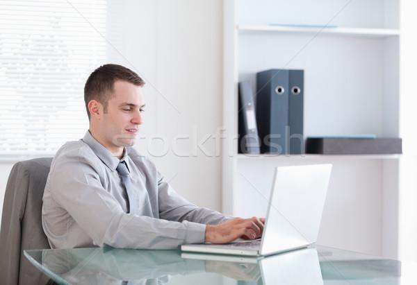 Satisfeito jovem empresário trabalhando caderno negócio Foto stock © wavebreak_media