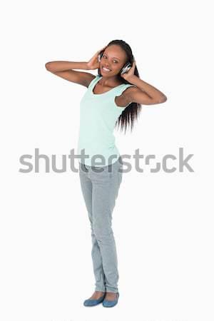 Lächelnde Frau genießen Musik Kopfhörer weiß Hintergrund Stock foto © wavebreak_media