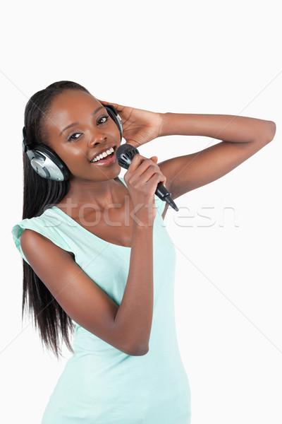 Zdjęcia stock: Szczęśliwy · uśmiechnięty · młoda · kobieta · śpiewu · biały · mikrofon