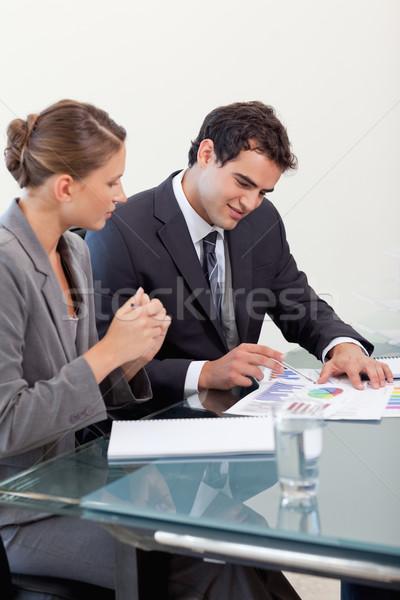 Portrait souriant équipe commerciale étudier statistiques Photo stock © wavebreak_media