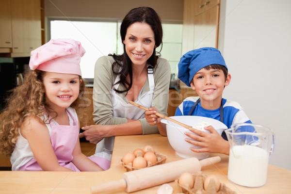 Mãe crianças bolo juntos feliz cozinha Foto stock © wavebreak_media