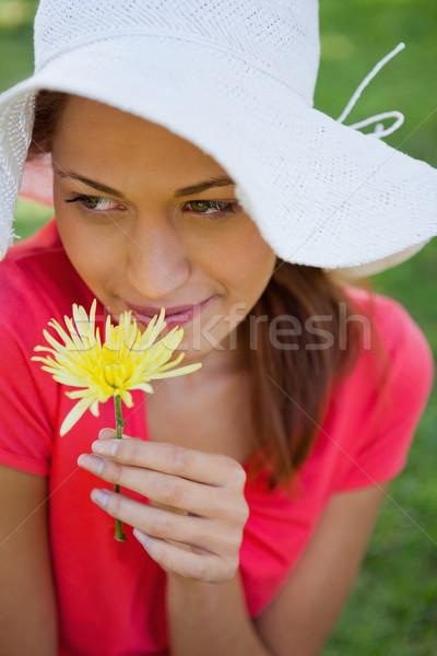 女性 着用 白 帽子 黄色の花 見える ストックフォト © wavebreak_media