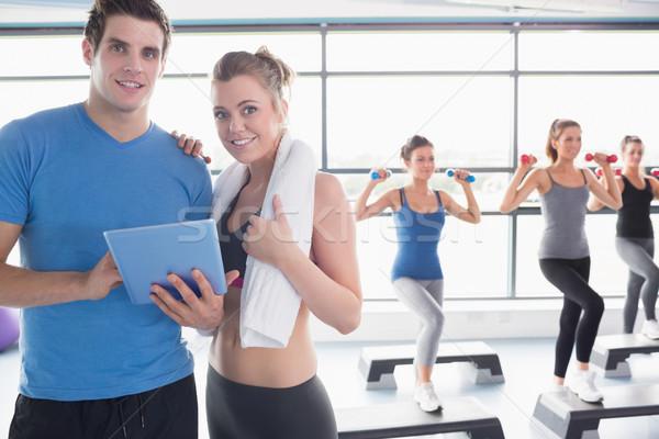 Entrenador mujer sonriente junto aerobic clase gimnasio Foto stock © wavebreak_media