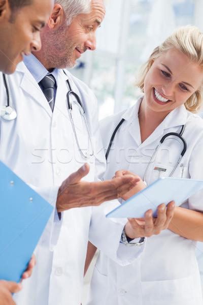 Arts uitleggen iets tablet medische team Stockfoto © wavebreak_media