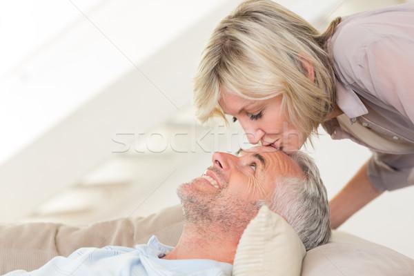 Zijaanzicht vrouw zoenen volwassen voorhoofd Stockfoto © wavebreak_media
