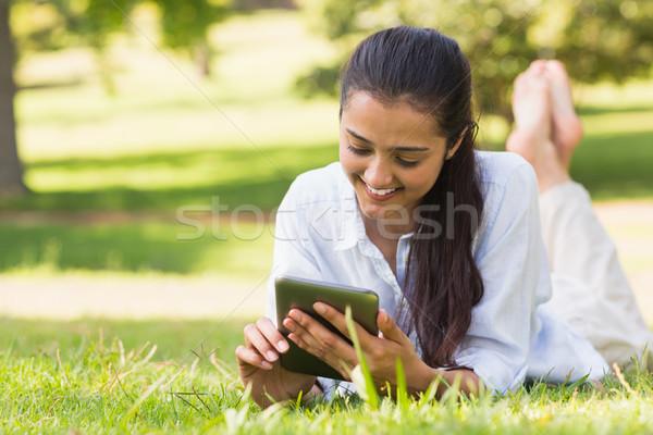 Kadın rahatlatıcı park gülen genç kadın Stok fotoğraf © wavebreak_media