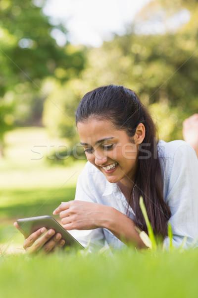 笑顔の女性 リラックス 公園 笑みを浮かべて 若い女性 ストックフォト © wavebreak_media