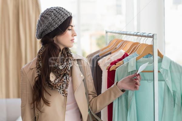 довольно брюнетка глядя цен одежды магазине Сток-фото © wavebreak_media