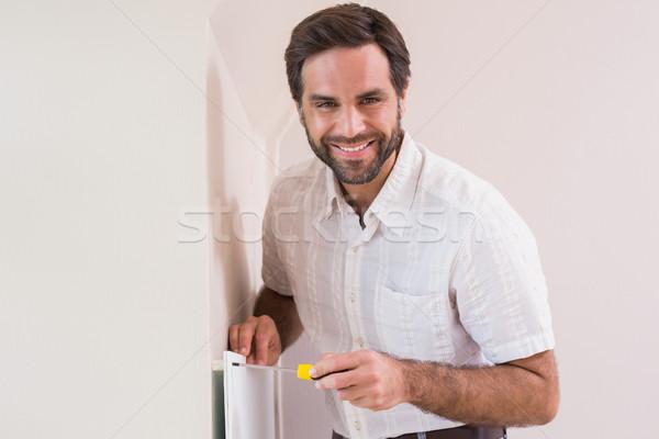 Klusjesman opknoping omhoog radiator huis Stockfoto © wavebreak_media