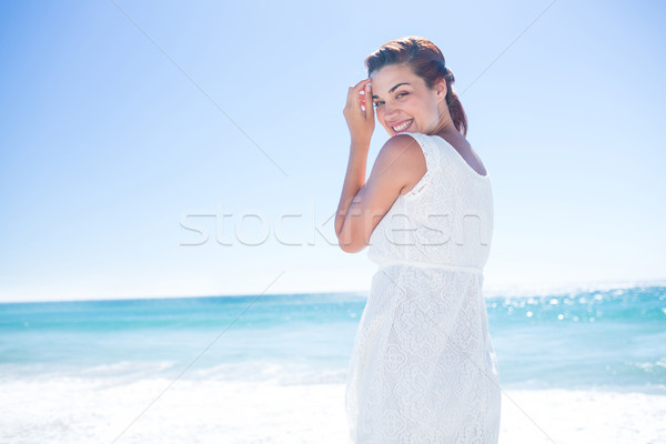 Mooie brunette lopen naast water strand Stockfoto © wavebreak_media