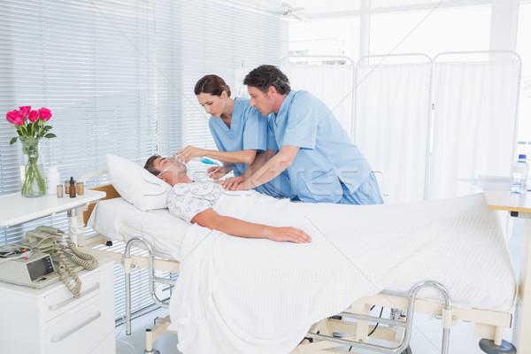 Bezorgd artsen hart massage zuurstofmasker Stockfoto © wavebreak_media