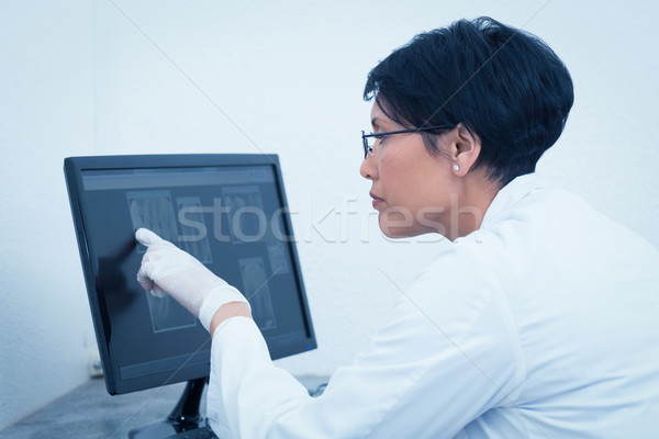 Homme dentiste regarder xray ordinateur concentré Photo stock © wavebreak_media