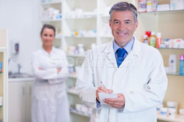 Farmacista apprendista braccia incrociate dietro farmacia medici Foto d'archivio © wavebreak_media