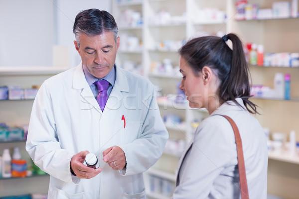 Pharmacien bouteille médicaments parler client Photo stock © wavebreak_media