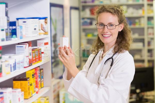 Uśmiechnięty farmaceuta jar półka apteki Zdjęcia stock © wavebreak_media