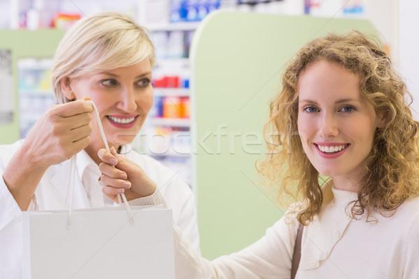 Gyógyszerész tart papírzacskó gyógyszertár boldog orvosi Stock fotó © wavebreak_media