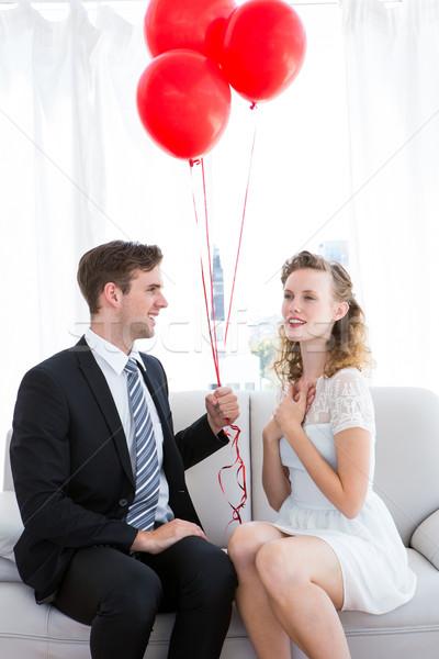 Geschäftsmann bietet rot Ballons Freundin Wohnzimmer Stock foto © wavebreak_media