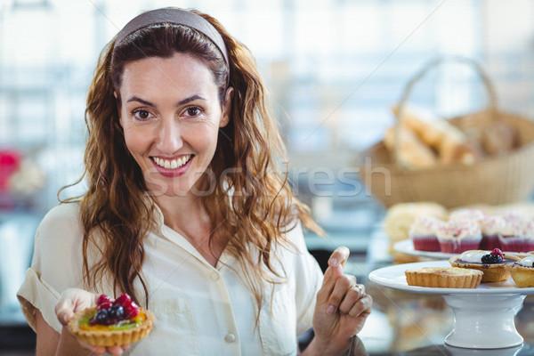 Csinos nő néz kamera pékség nő boldog Stock fotó © wavebreak_media