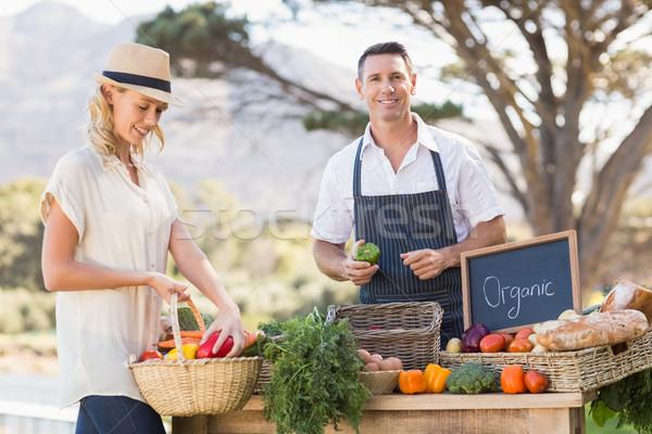 Sonriendo agricultor rojo verde pimientos Foto stock © wavebreak_media