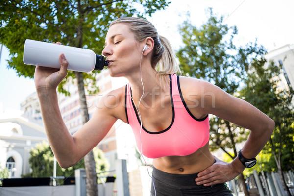 Piękna kobieta woda pitna miasta sportu zdrowia Zdjęcia stock © wavebreak_media