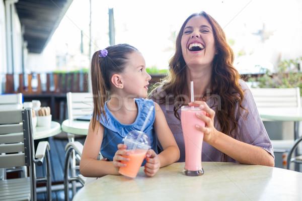 Mãe filha sessão fora café Foto stock © wavebreak_media