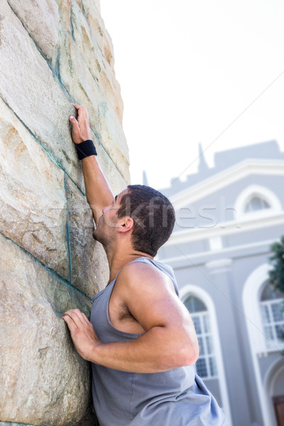 Ekstremalnych sportowiec chwytania ściany miasta budynku Zdjęcia stock © wavebreak_media