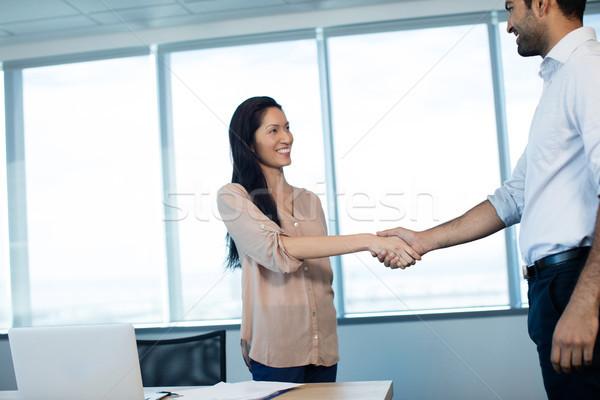 Glimlachend zakenlieden handen schudden vergadering kantoor conferentiezaal Stockfoto © wavebreak_media