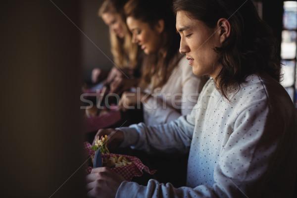Barátok hamburger együtt étterem étel baba Stock fotó © wavebreak_media