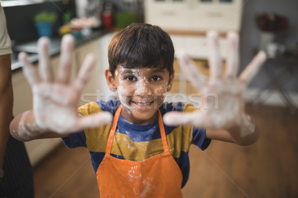 Portret glimlachend jongen tonen rommelig palmen Stockfoto © wavebreak_media