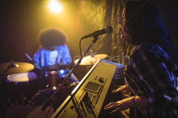 Kobiet gry fortepian nightclub widok z boku Zdjęcia stock © wavebreak_media